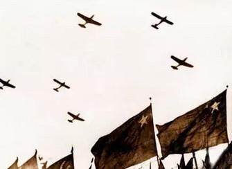 1949年10月1日,参加开国大典空中受阅的空中机群编队通过天安门上